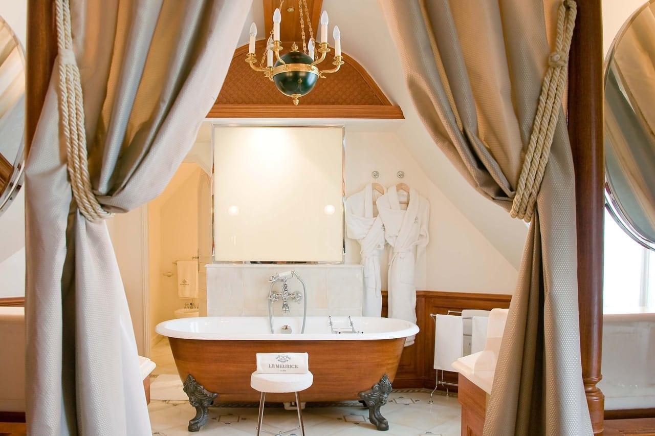 H6380 27275637 6 Marco Polo Suite Bathroom - Le Meurice, Paris - Romantism, opulență și lux