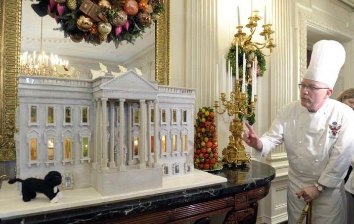 2010 White Chocolate Gingerbread House  700x443 - Cea mai scumpă casă de turtă dulce din lume