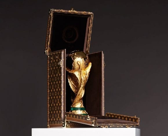 Gisele Bündchen prezintă caseta Louis Vuitton realizată special pentru Trofeul Cupei Mondiale FIFA 2014