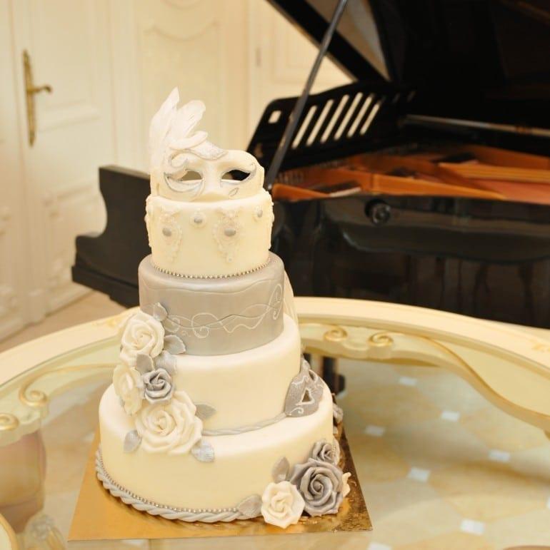 FB047 tort nunta masca venetiana 770x771 - Cofetăria Armand, diversitatea gustului dulce