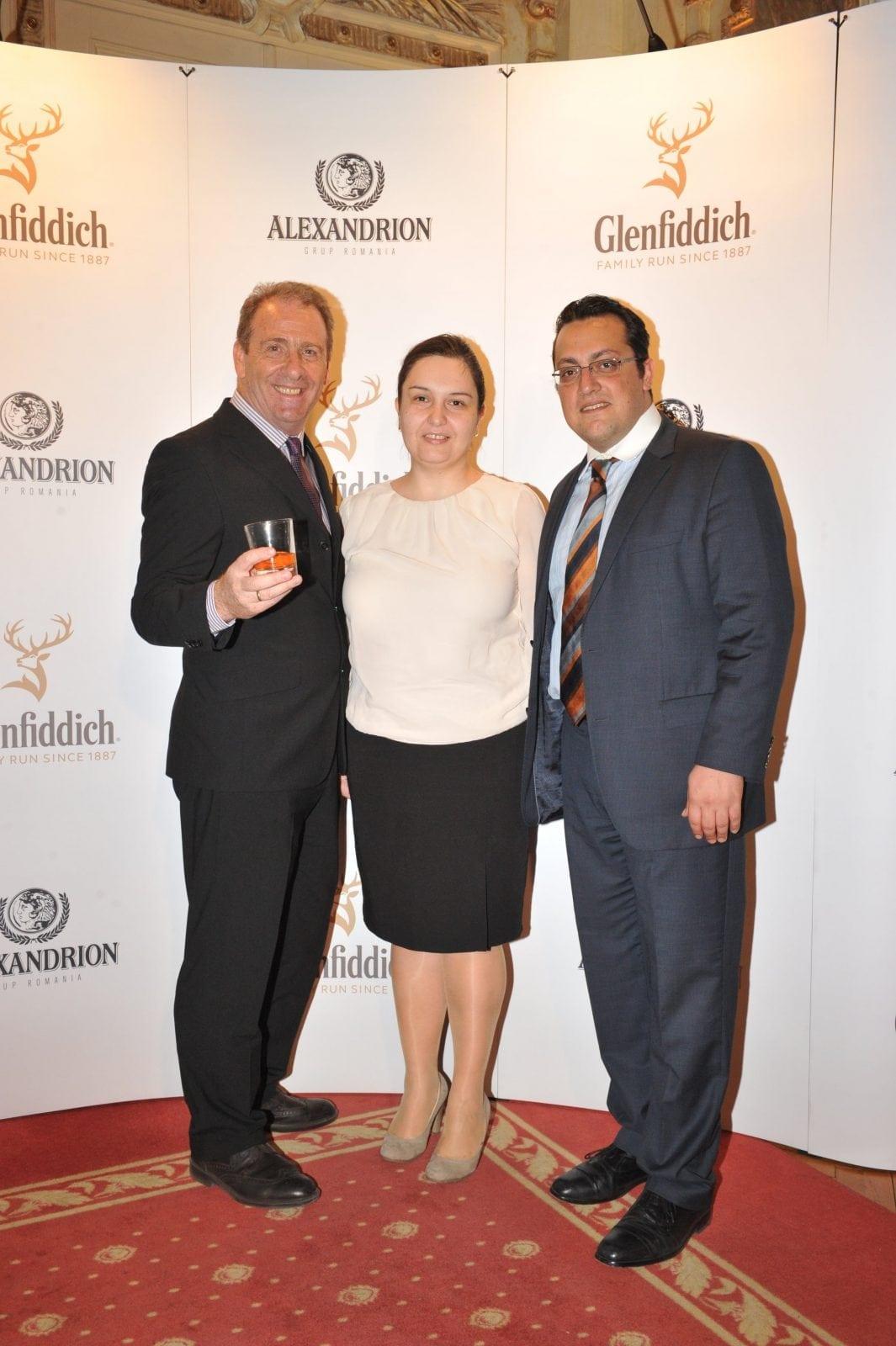 Glenfiddich Photowall Ian Millar Oana Gresoiu si Nikos Zygouropoulos - Ambasadorul Glenfiddich, Ian Millar, în vizită la București