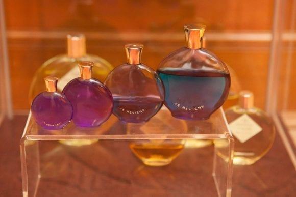"""""""Istorie cu Parfum"""" – cea mai mare expoziţie de sticle de parfum din România"""