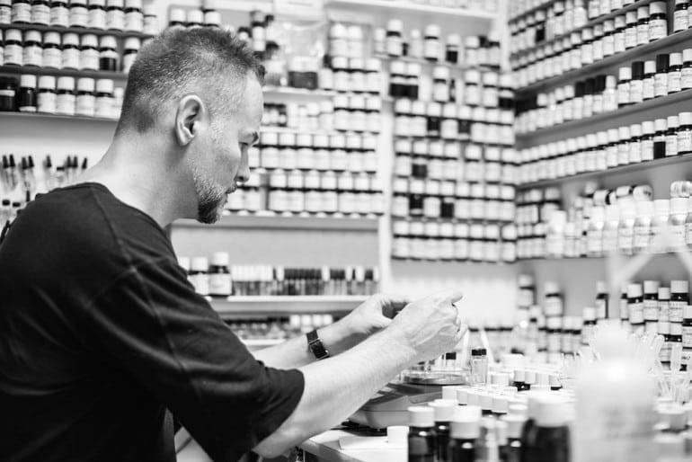 IMG 5841sw 770x514 - Geza Schoen - Secretul parfumului şi arta chimiei