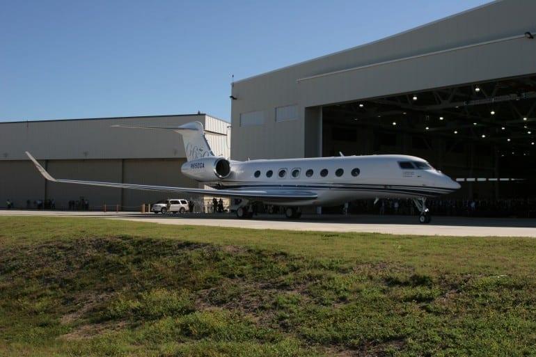 G650 Hangar Doors 770x513 - Gulfstream - Singur deasupra norilor