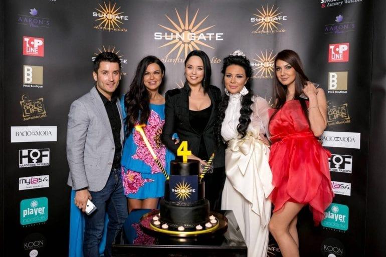 andreea marin sorin dutoiu tort aniversare sungate 770x513 - Andreea Marin, Corina, Anda Adam și Adelina Pestrițu și-au schimbat look-ul pentru aniversarea Sungate
