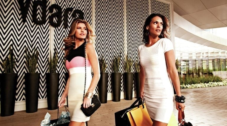 vdara lifestyle shopping women with purchases.tif 770x428 - Consumatorii de lux