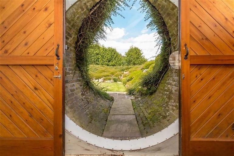 Luxury Hobbit Hole Round Door 770x514 - Casa Underhill – luxul mascat de natură