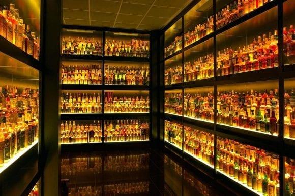 Cea mai mare sticlă de whisky din lume s-a vândut în Marea Britanie