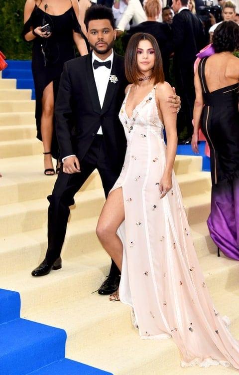 675592564 the weeknd selena gomez zoom 54f07836 2460 4373 ae9d fc52349c3f04 - Cultura fashion la cele mai înalte standarde, la Met Gala 2017