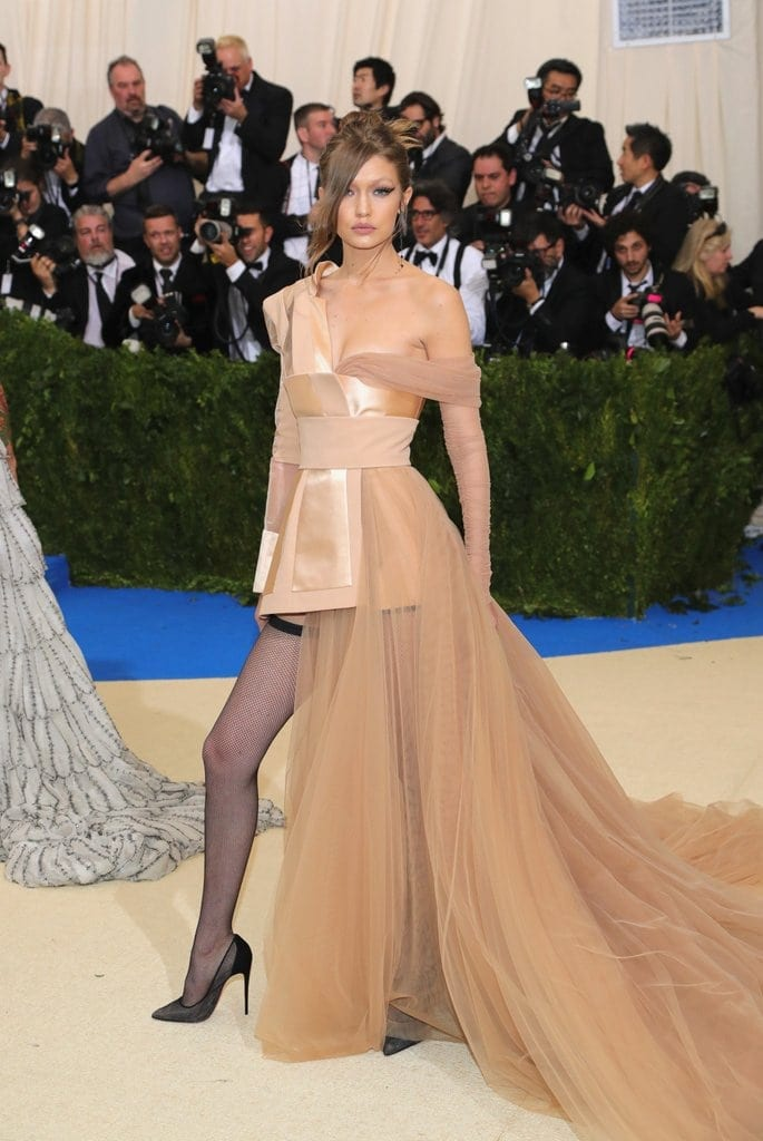 Gigi Hadid Tommy Hilfiger Dress Met Gala 2017 - Cultura fashion la cele mai înalte standarde, la Met Gala 2017