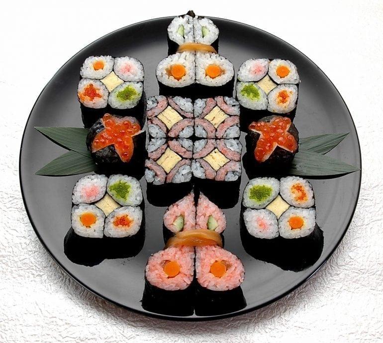 f820b11fef98e59af5d813058ddf56d7 770x690 - Un nou trend în gastronomie: Mosaic Sushi