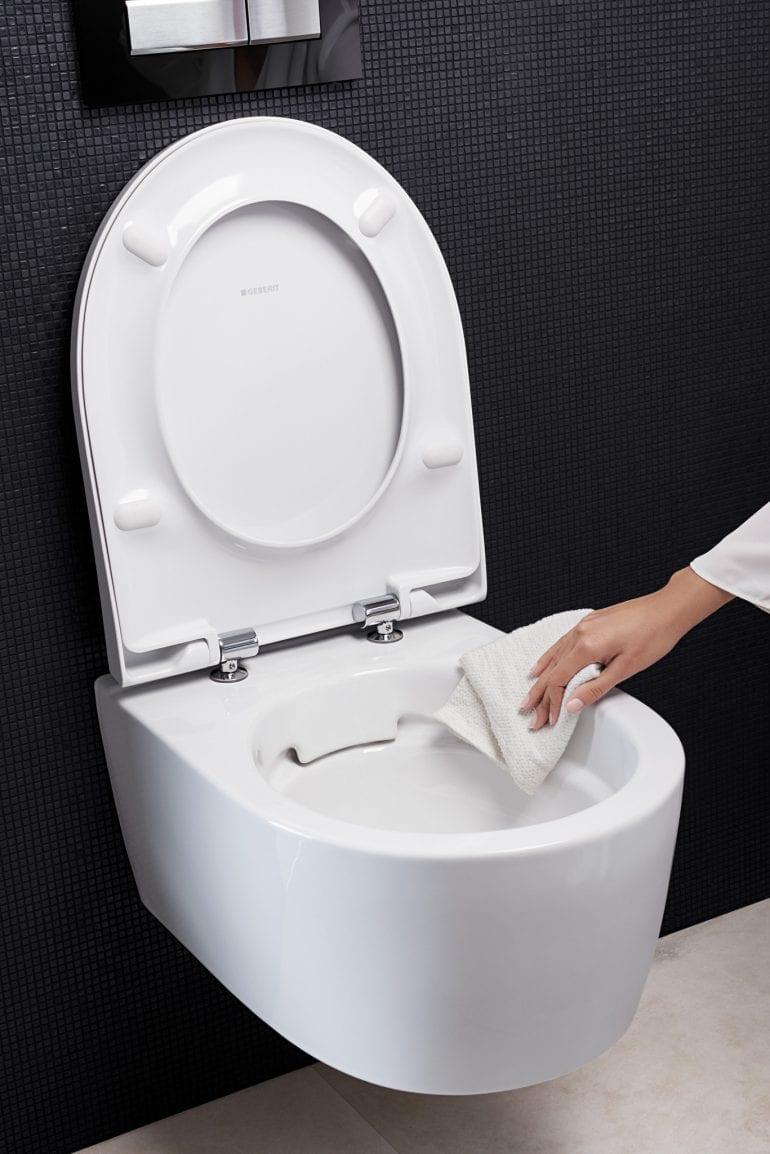 2018 Bathroom 02 H Rimfree WC ceramic with hand 1 1 takeover RO ro 770x1154 - Perfecte în formă și funcție: Soluţii de ultimă generaţie pentru baie, de la Geberit