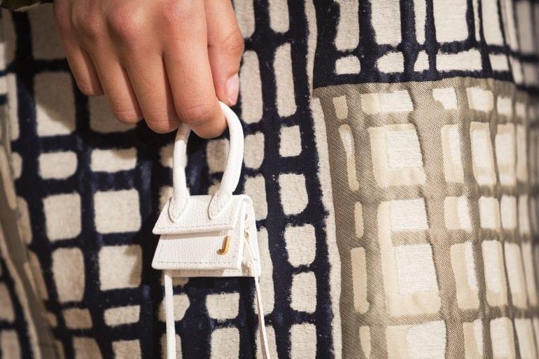 tiny handbag 770x513 - Le Chiquito, noua colecție de genți miniaturale de la Jacquemus