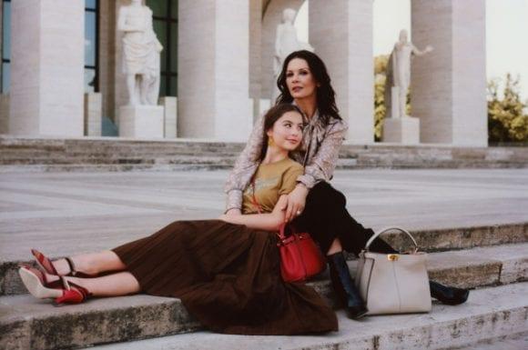 Catherine Zeta Jones și fiica sa, Carys, sunt vedetele campaniei pentru Peekaboo by Fendi