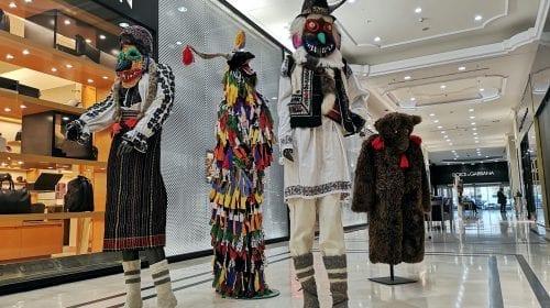 The Grand Avenue găzduiește o expoziție de artă dedicată satului românesc