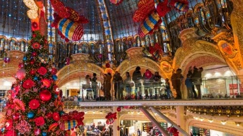 Vitrinele marilor magazine, transformate spectaculos de sărbători