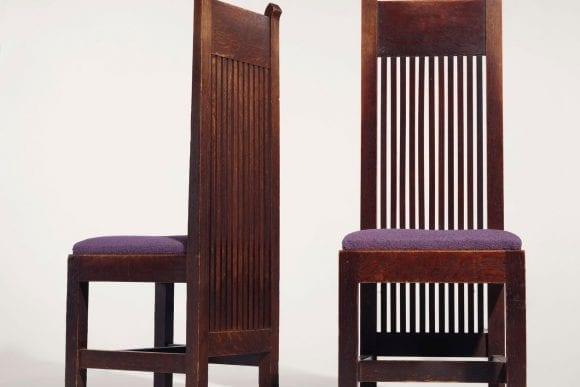 O pereche de scaune cu design Frank Lloyd Wright, scoase la licitație cu peste 200.000 de dolari