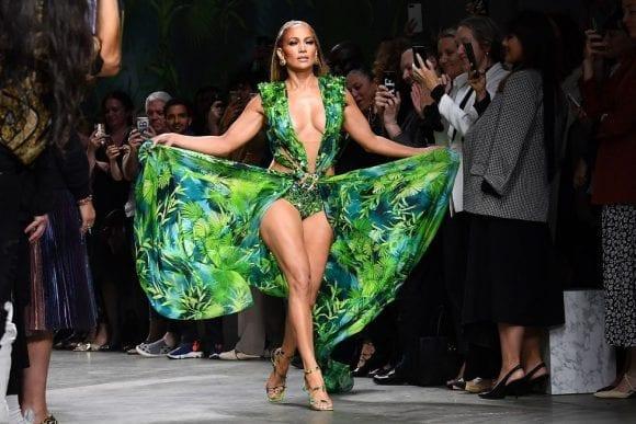 J-Lo arată uluitor în noua campanie Versace