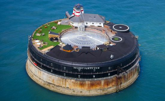 Fort militar la vânzare pentru 5,8 milioane de dolari. Dispune de heliport, 23 de camere, centru Spa și baruri tematice