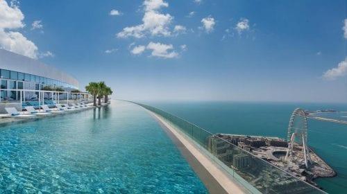 Acest hotel din Dubai are cea mai înaltă piscină infinită din lume
